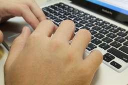 Hacker acusado de fraude continuará preso
