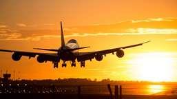Empresa aérea deve indenizar por atraso em voo causado por overbooking