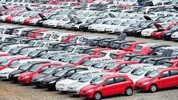Locadora de automóveis deve indenizar consumidores